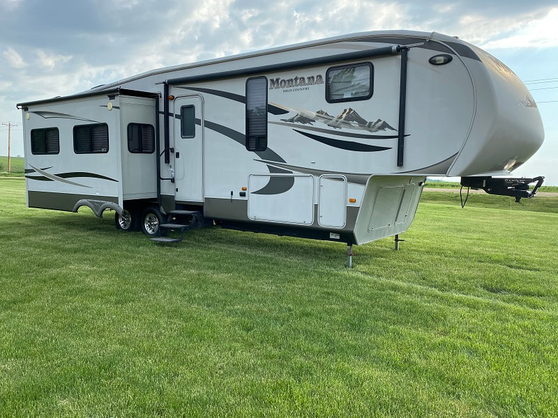 Prairie Lakes RV sells used 5th wheel trailers.